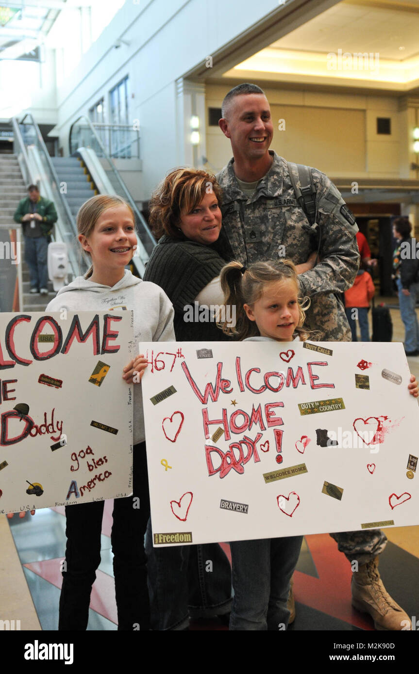 Staff Sgt. Michael Lechner of the 467th Combat Stress Control Detachment poses with his wife Kelly and daughters - Stock Image