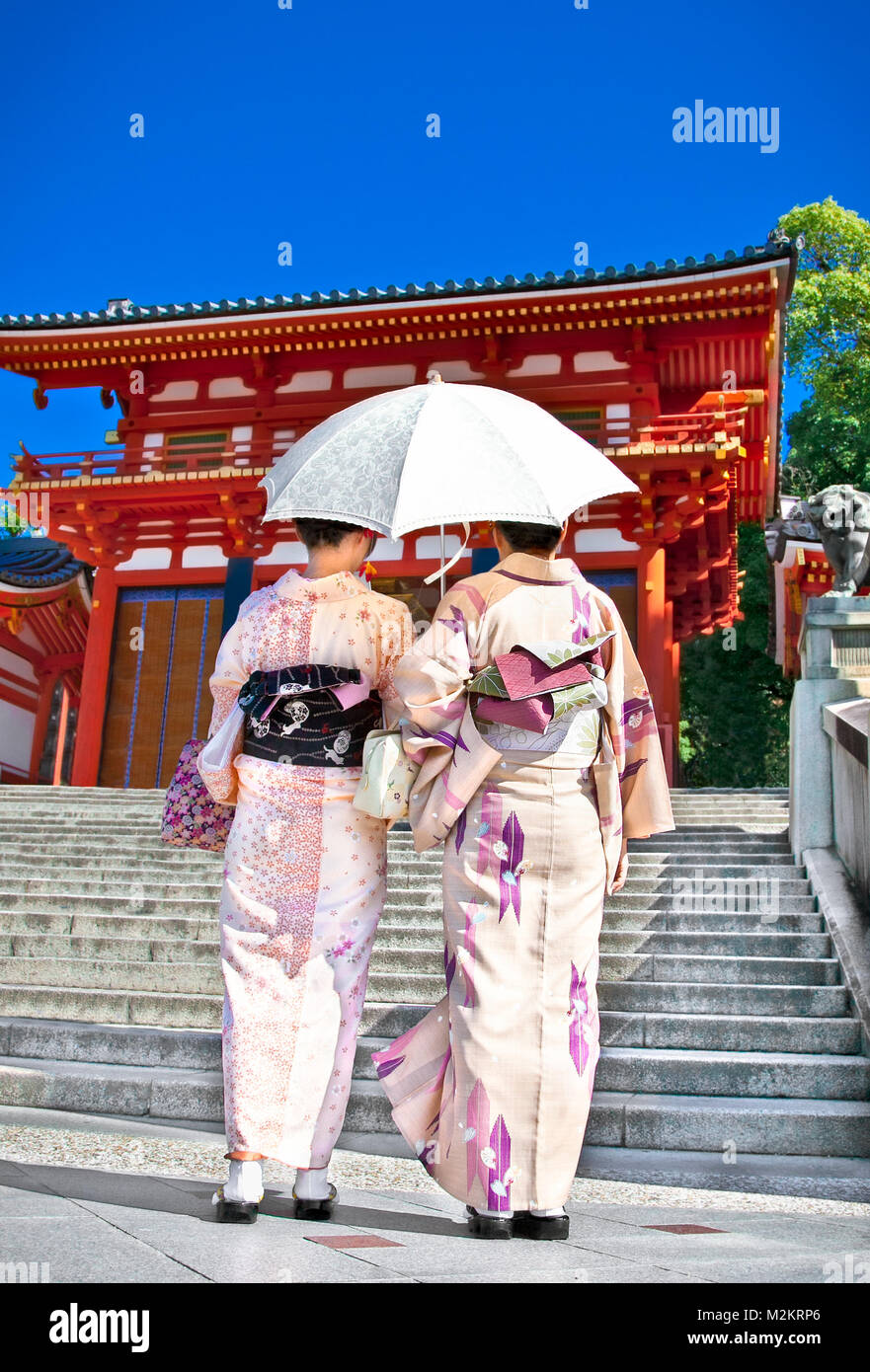 Japanese girls with Japanese traditional suit (Yukata) are walking in the Yasaka-jinja  shrine in Kyoto, Japan. - Stock Image