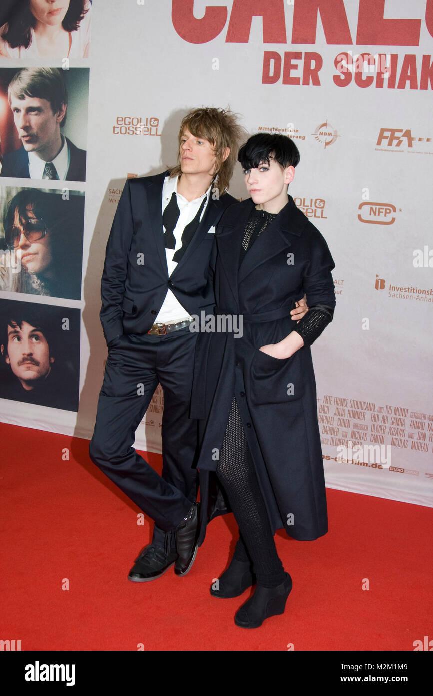 """Alexander Scheer und Julia Hummer auf dem Roten Teppich zur Deutschlandpremiere des Films """"Carlos - Der Schakal"""" Stock Photo"""