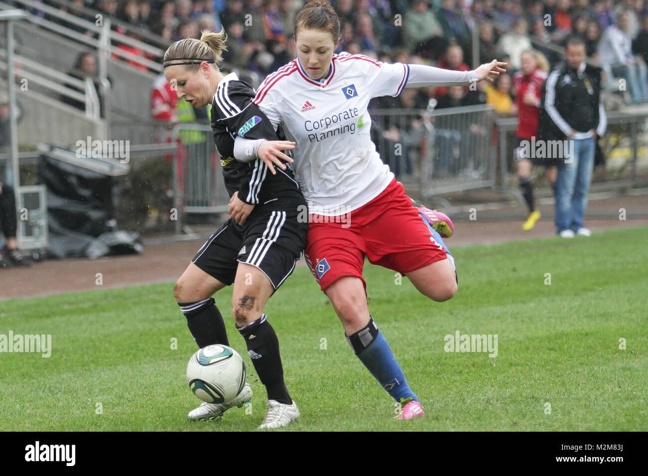 von links: Svenja Huth (1. FFC Frankfurt), Carolin Simon (Hamburger SV) - Stock Image