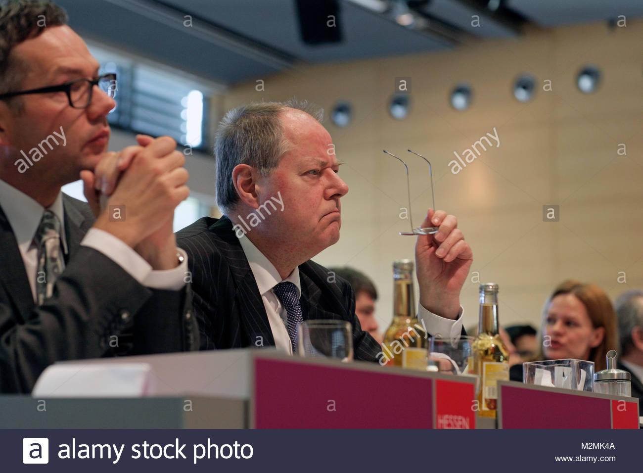 Peer Steinbrueck schaut fragend zum Redner. DEUTSCHLAND , Hanau.  Landesparteitag der Hessen SPD 2013 in Hanau am - Stock Image