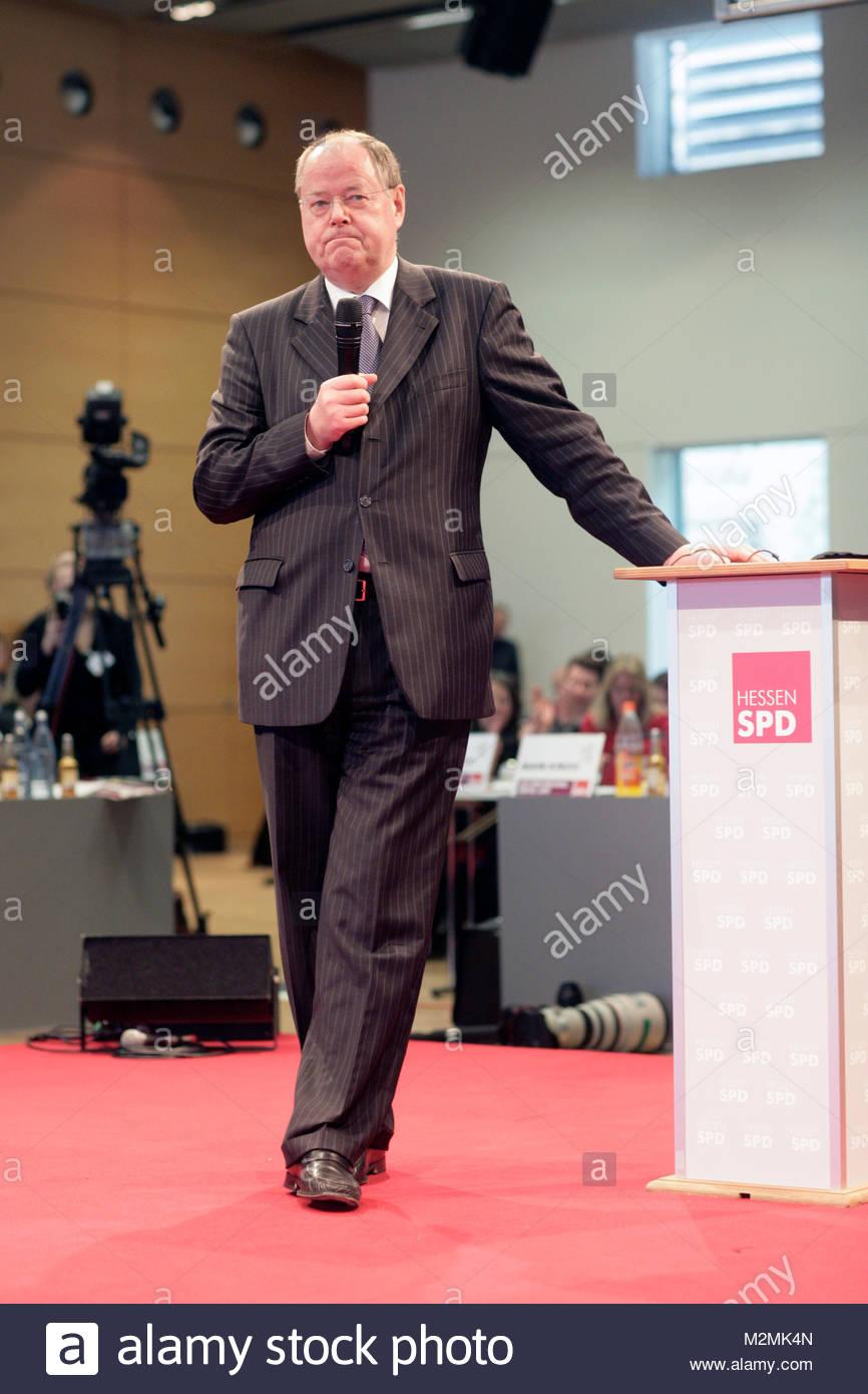 Peer Steinbrueck steht am Rednerpult. DEUTSCHLAND , Hanau.  Landesparteitag der Hessen SPD 2013 in Hanau am 09.03.2013, - Stock Image