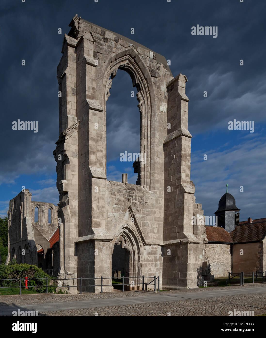 Walkenried Ruine der Klosterkirche Westwand mit Portal und großem Fenster rechts Glockendachreiter über - Stock Image