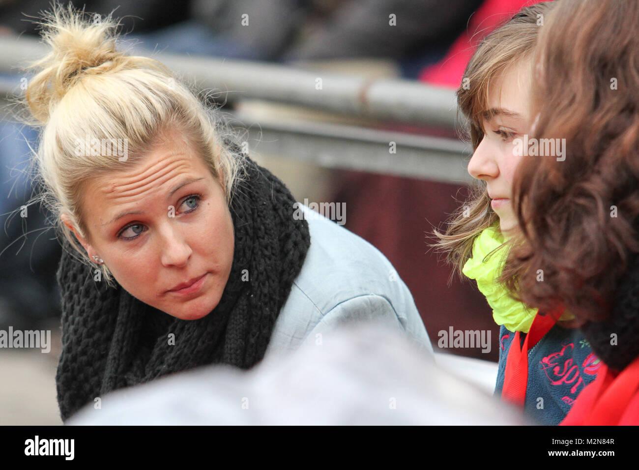 Svenja Huth (1. FFC Frankfurt) auf der Allianz Fan-Bank im Gespräch mit zwei Fans - Stock Image
