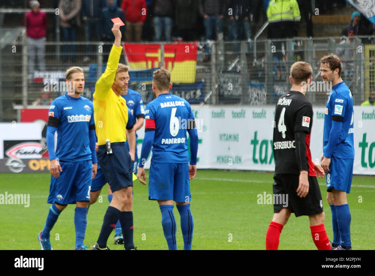 Gelb Rote Karte Von Schiedsrichter Robert Schroder Fur