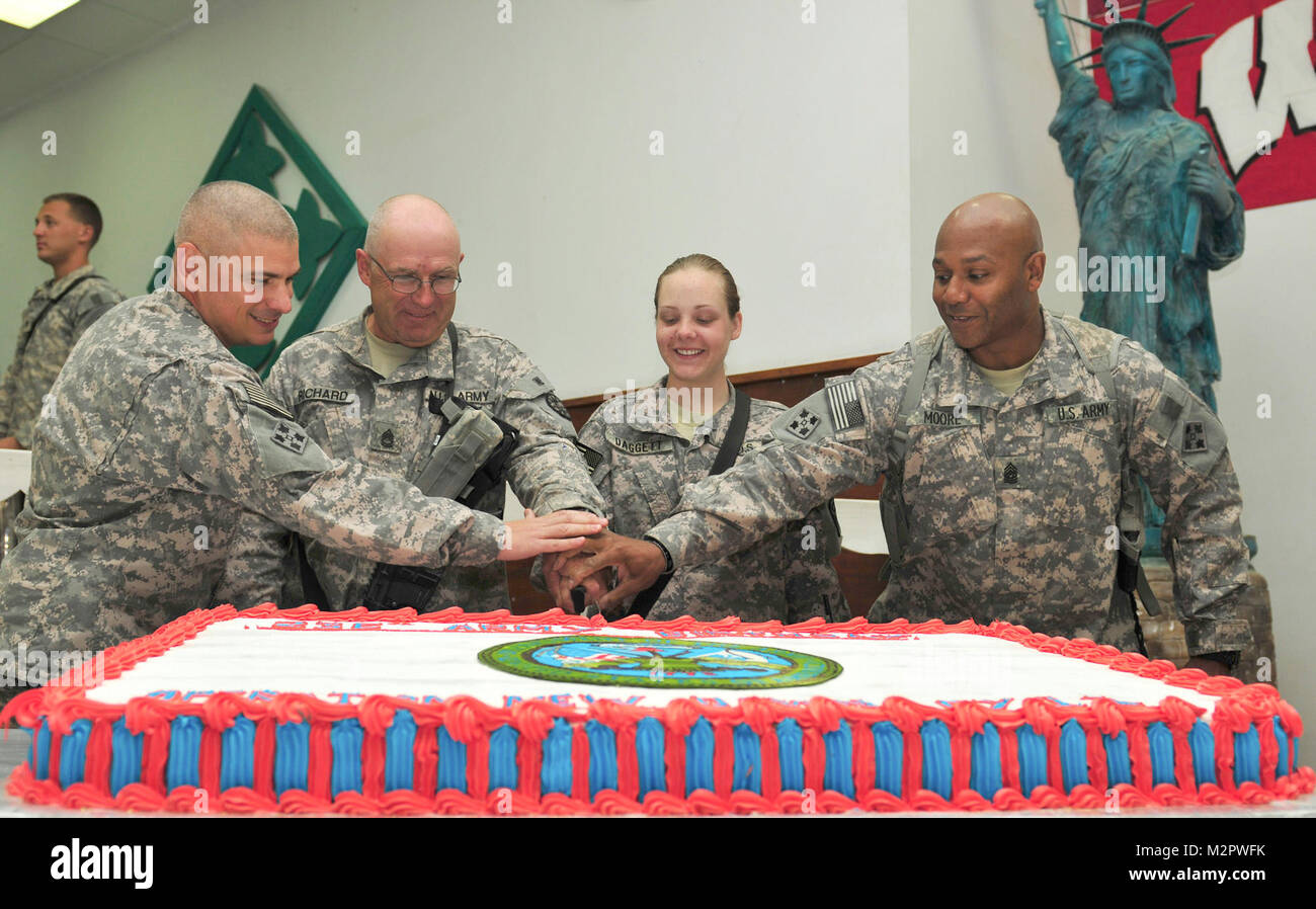 Army Tradition.  CONTINGENCY OPERATING BASE SPEICHER, Iraq – Lieutenant Colonel Matt Tedesco, commander, Division Stock Photo