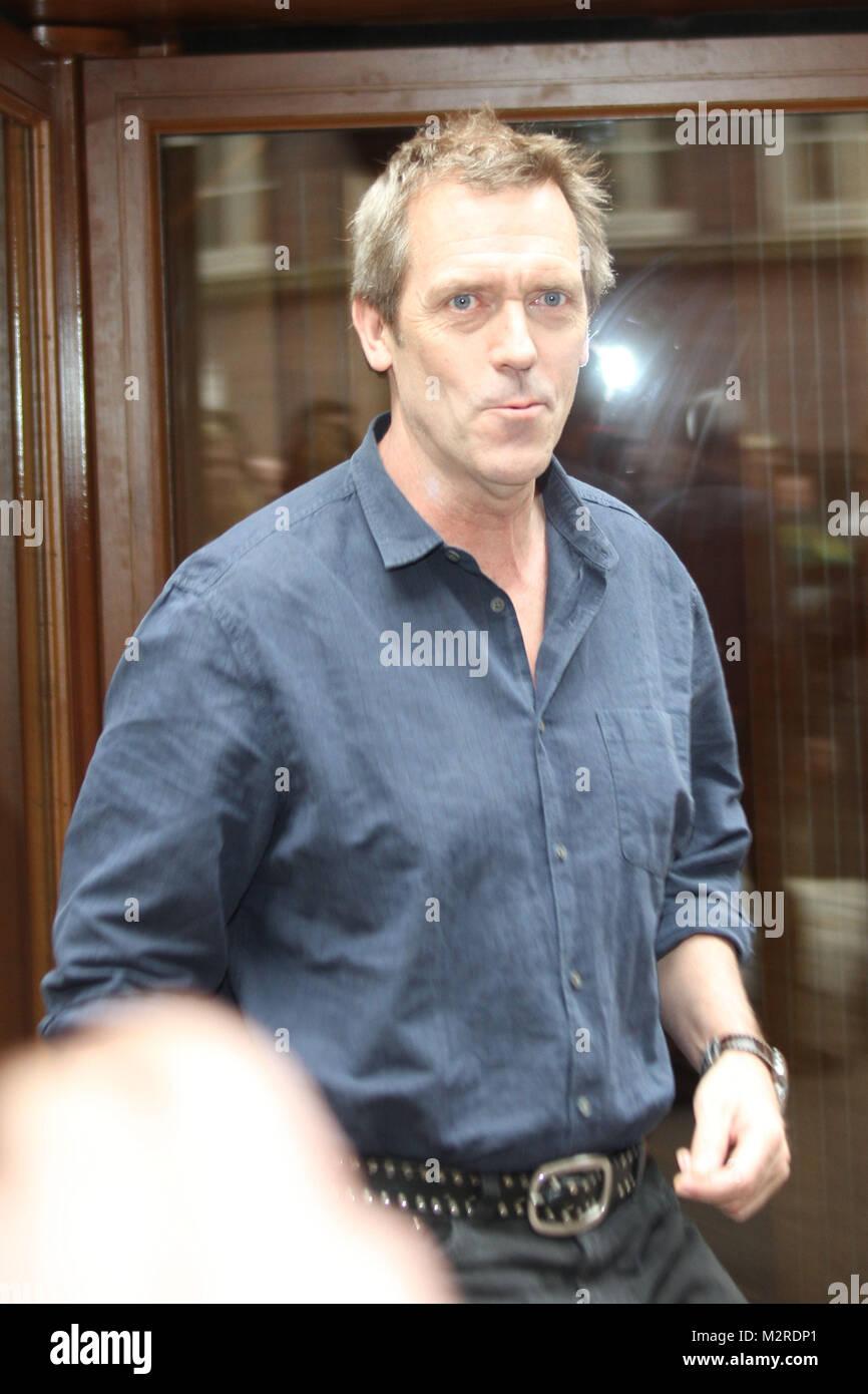 Hugh Laurie verlaesst schnell das Hotel Hyatt zum Soundcheck fuer sein Konzert im Cafe Keese, Hamburg, 27.04.2011 - Stock Image