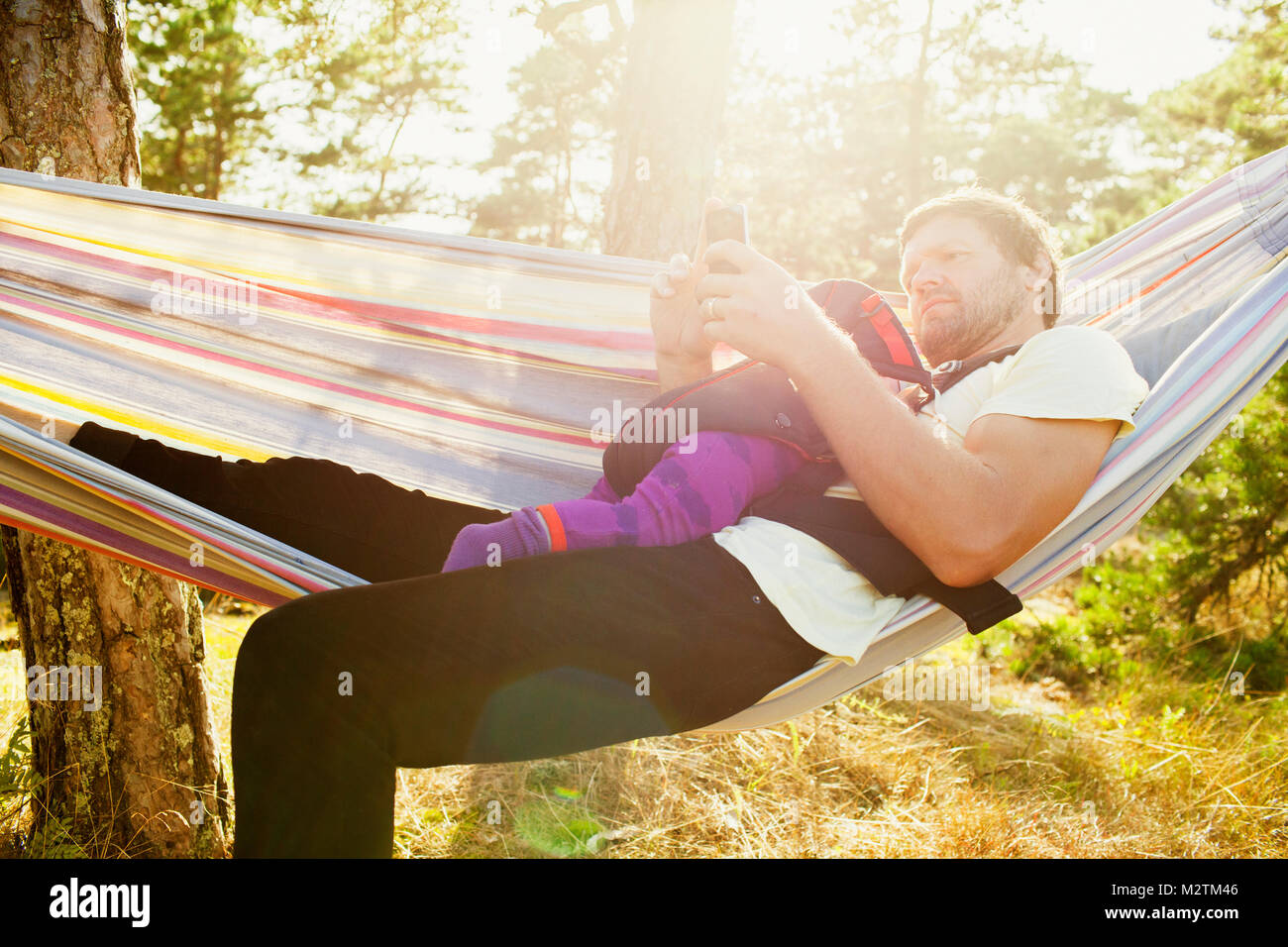 Father and baby girl on hammock - Stock Image