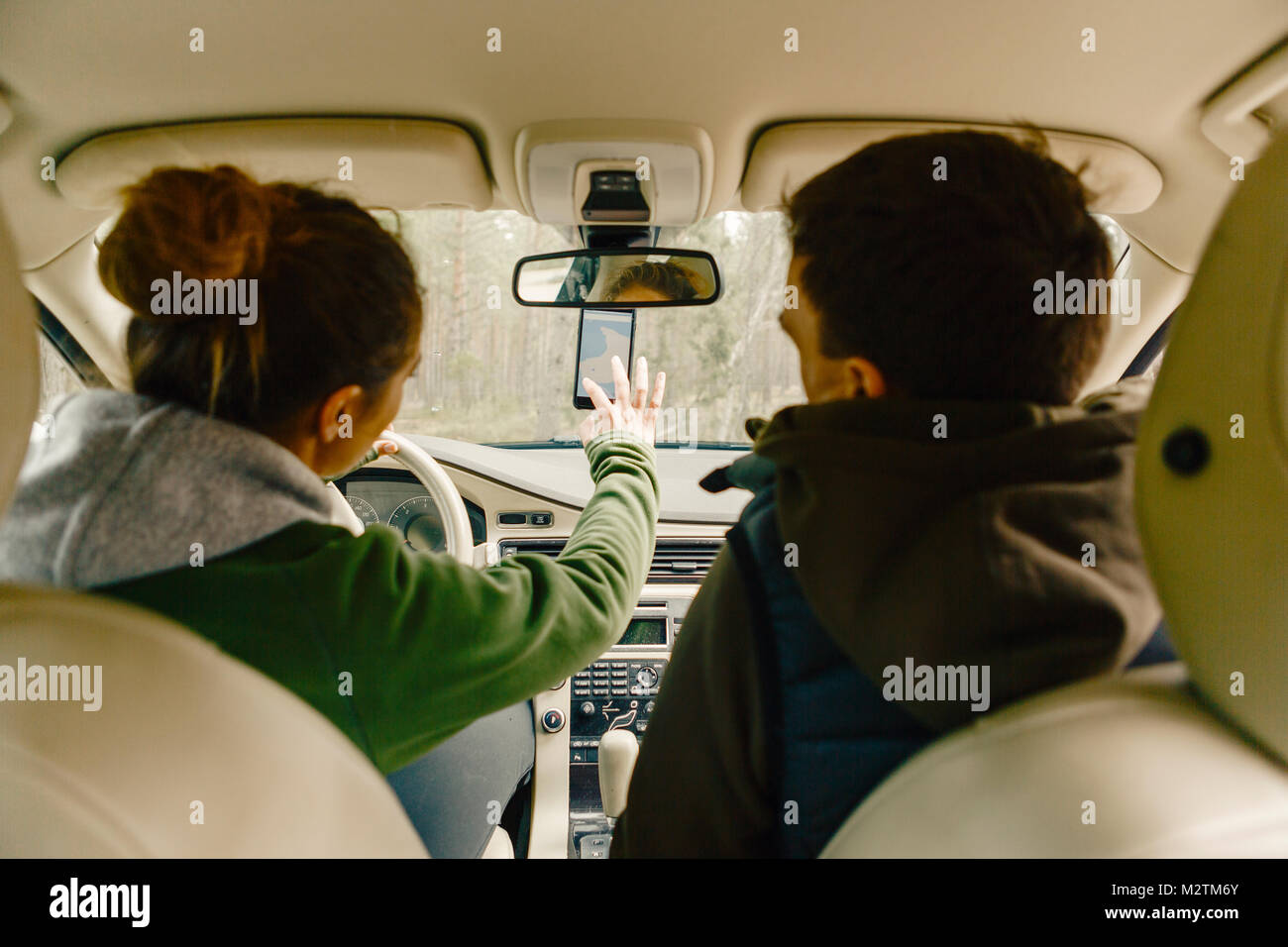 Couple in car getting directions on smart phone in Sodermanland, Sweden - Stock Image