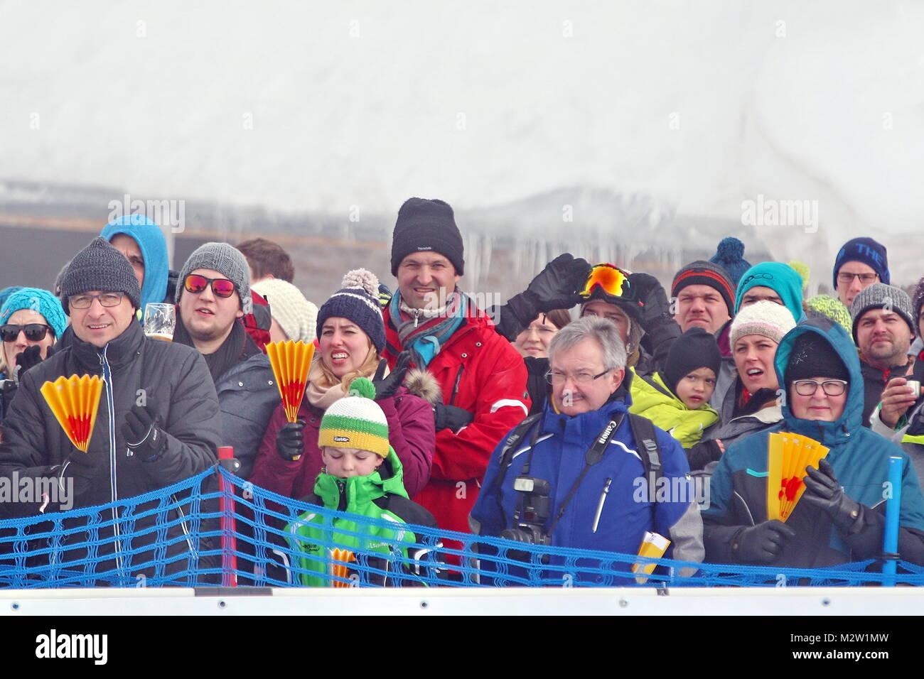 Zahlreiche Zuschauer verfolgen die Weltcup-Premiere beim  FIS Weltcup Snowboard SBX 2016 am Feldberg - Stock Image