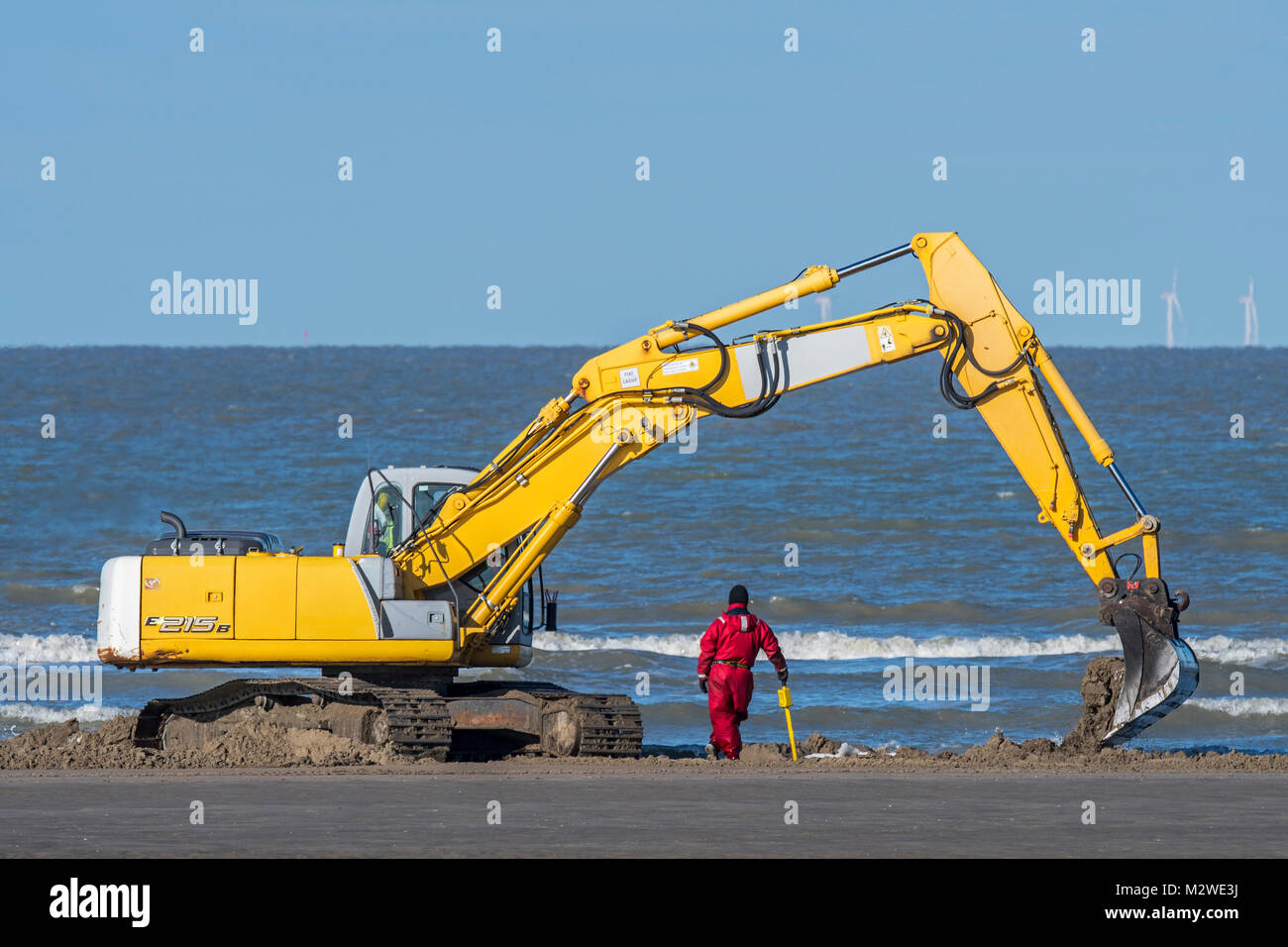 ADEDE Search & Recovery team searching for German WWII mines and unexploded ordnance on beach between Wenduine - Stock Image