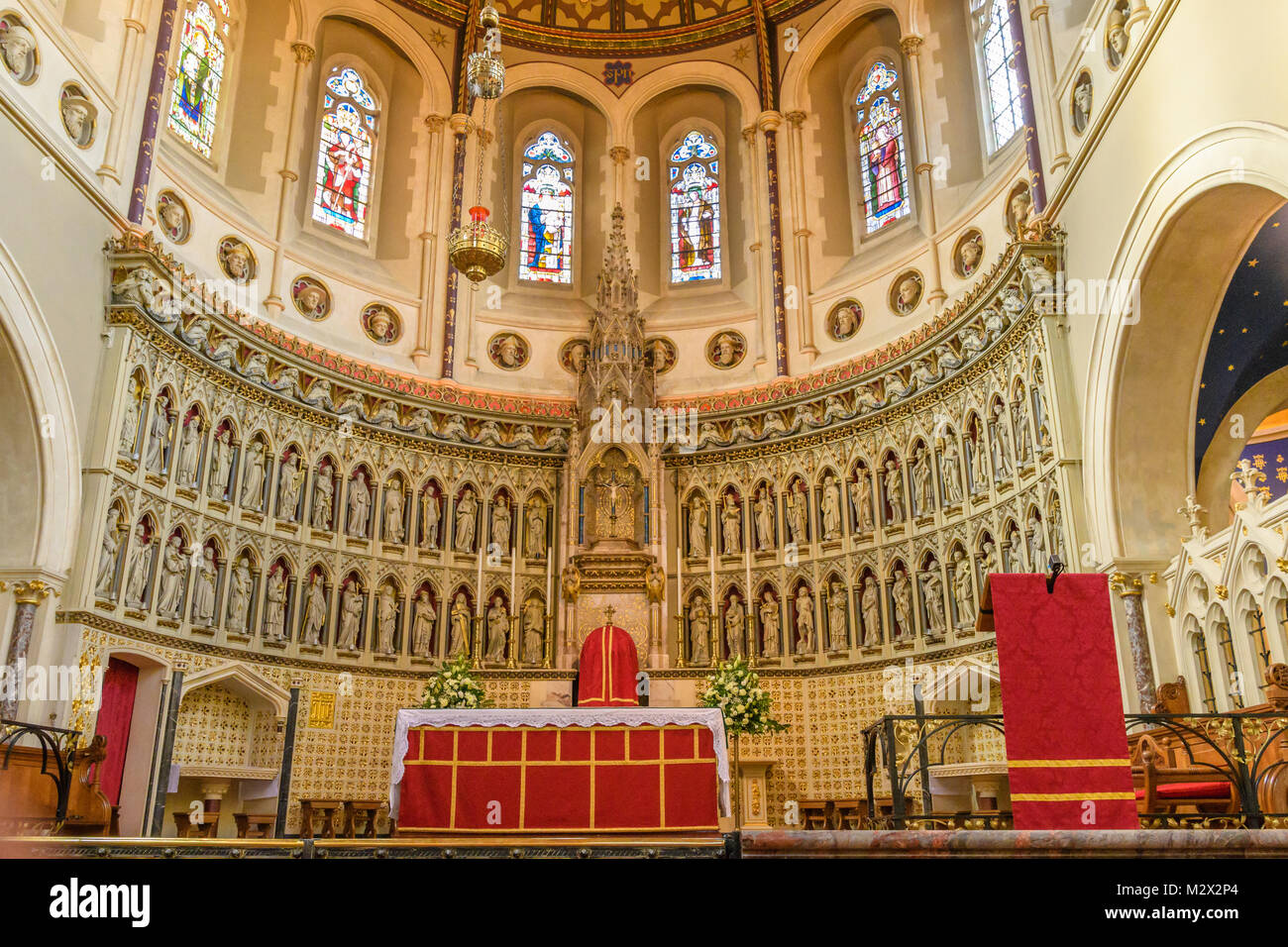 Ornate apse behind the altar on the sanctuary of the Catholic church of St Aloysius (run by the Oratorian priests) - Stock Image