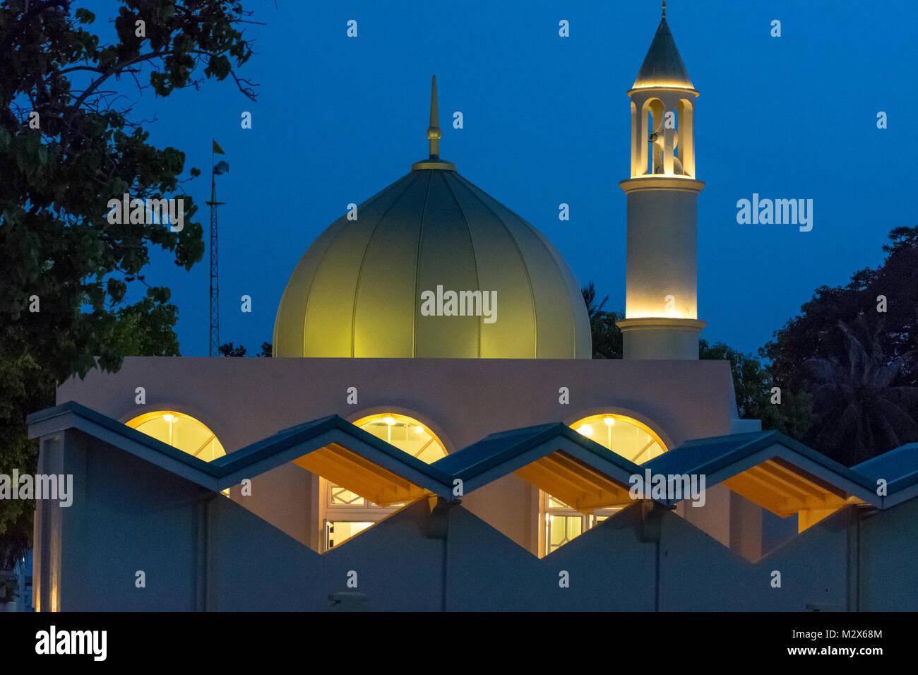 Große Moschee von Velidhoo, Malediven, im Abendlicht mit Beleuchtung im Gebäude - Stock Image