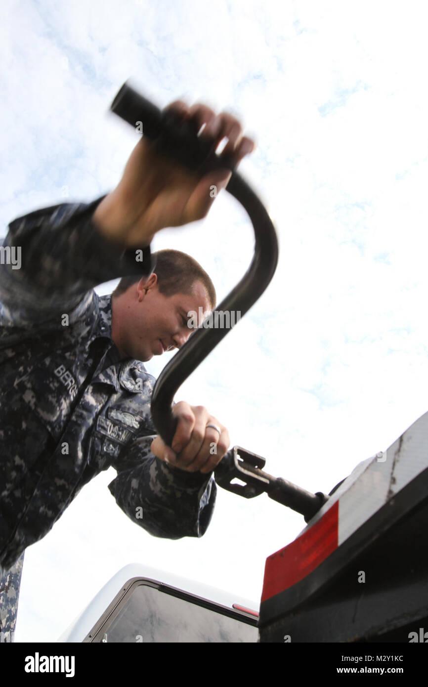 NORFOLK, Va. – Petty Officer 2nd Class Daniel Bergen, with the Navy Munitions Command Detachment, levels a platform - Stock Image