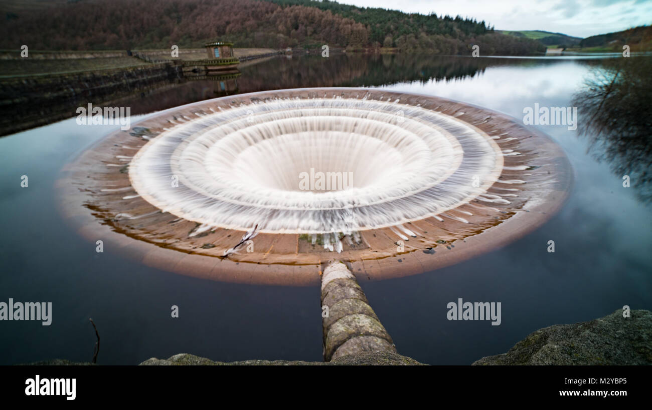 Ladybower plug hole overflowing - Stock Image