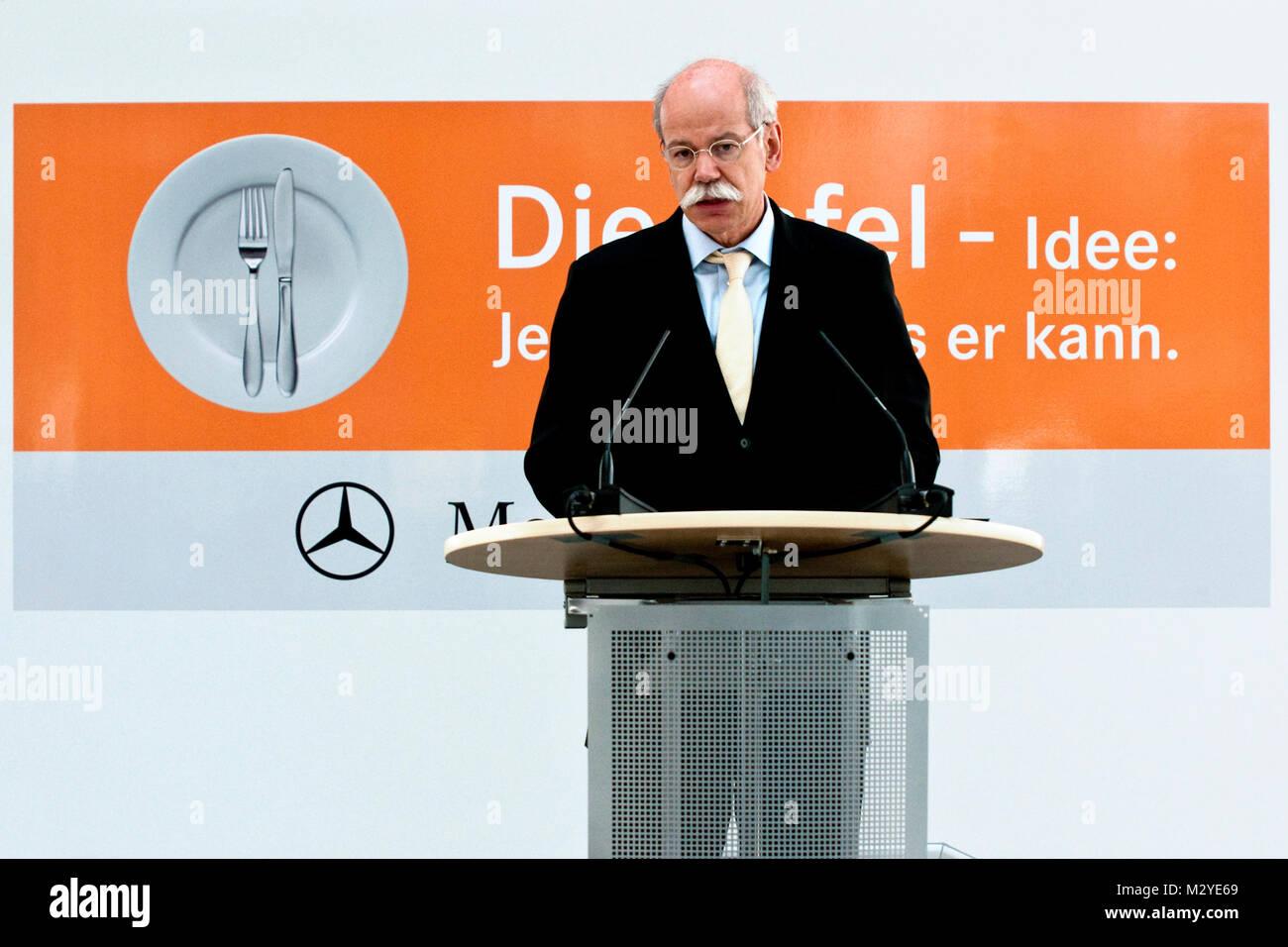 Dr. Dieter Zetsche ( Vorstandsvorsitzender der Daimler AG und Leiter der Mercedes-Benz Cars ) bei der Übergabe des Stock Photo