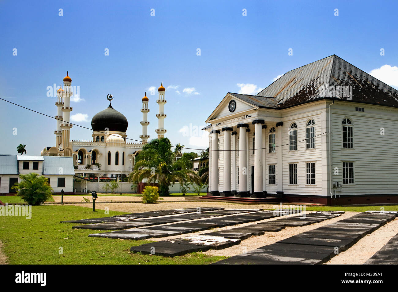 Suriname, Paramaribo, Mosque and synagogue in Keizerstraat in the historic inner city. - Stock Image