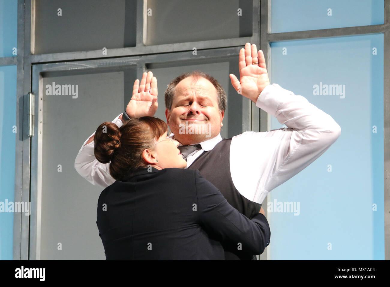 """Markus Majowski (Wolfgang Jaeger), Simone Pfennig (Fraeulein Lamm), Fotoprobe """"Der Mann, der sich nicht traut"""" von Stock Photo"""