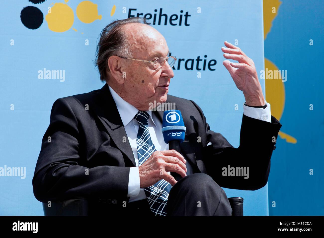 Hans Dietrich Genscher Bei Der 60 Jahre Bundesrepublik Deutschland Feier Vor Dem Berliner Brandenburger Tor