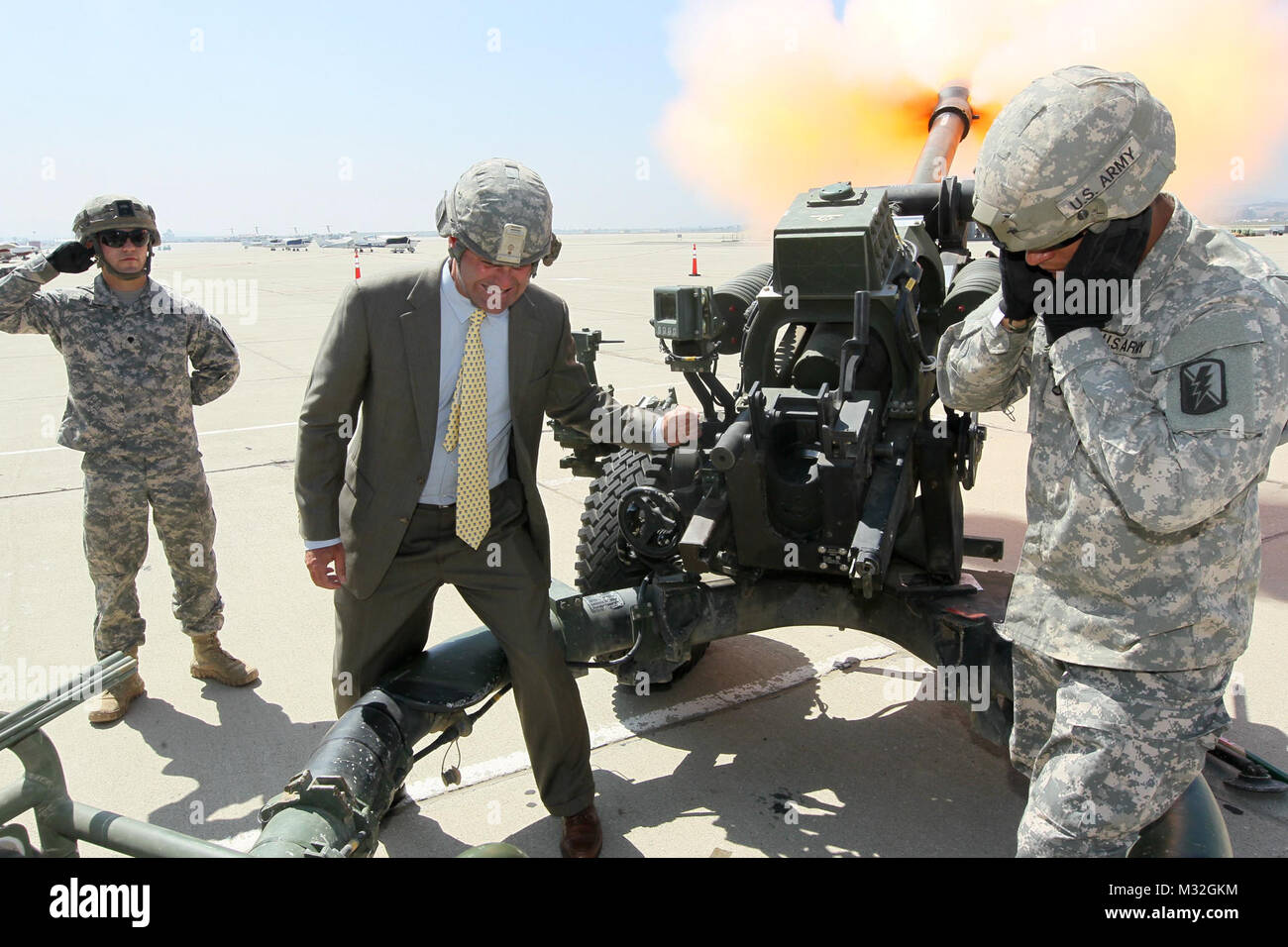150811-N-HW977-569 MARCH AIR RESERVE BASE, Calif. (Aug. 11, 2015) Rusty Bailey, mayor of Riverside, fires a howitzer - Stock Image