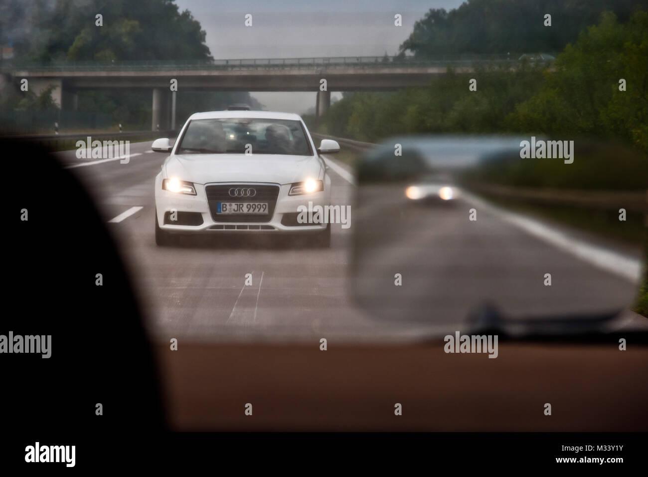 Nötigung mit Lichthupe beim befahren der linken Spur auf der Autobahn bei hoher Geschwindikeit. Stock Photo