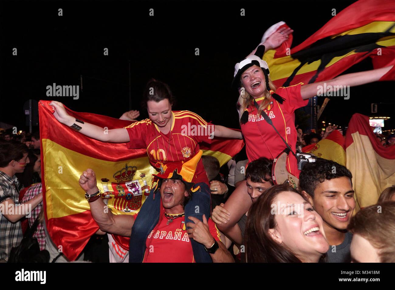 Laut jubelnde Fußballfans beim Sieg von Spanien gegen Italien an der Fanmeile zur Europameisterschaft 2012 am Brandenburger Tor in Berlin. Stock Photo