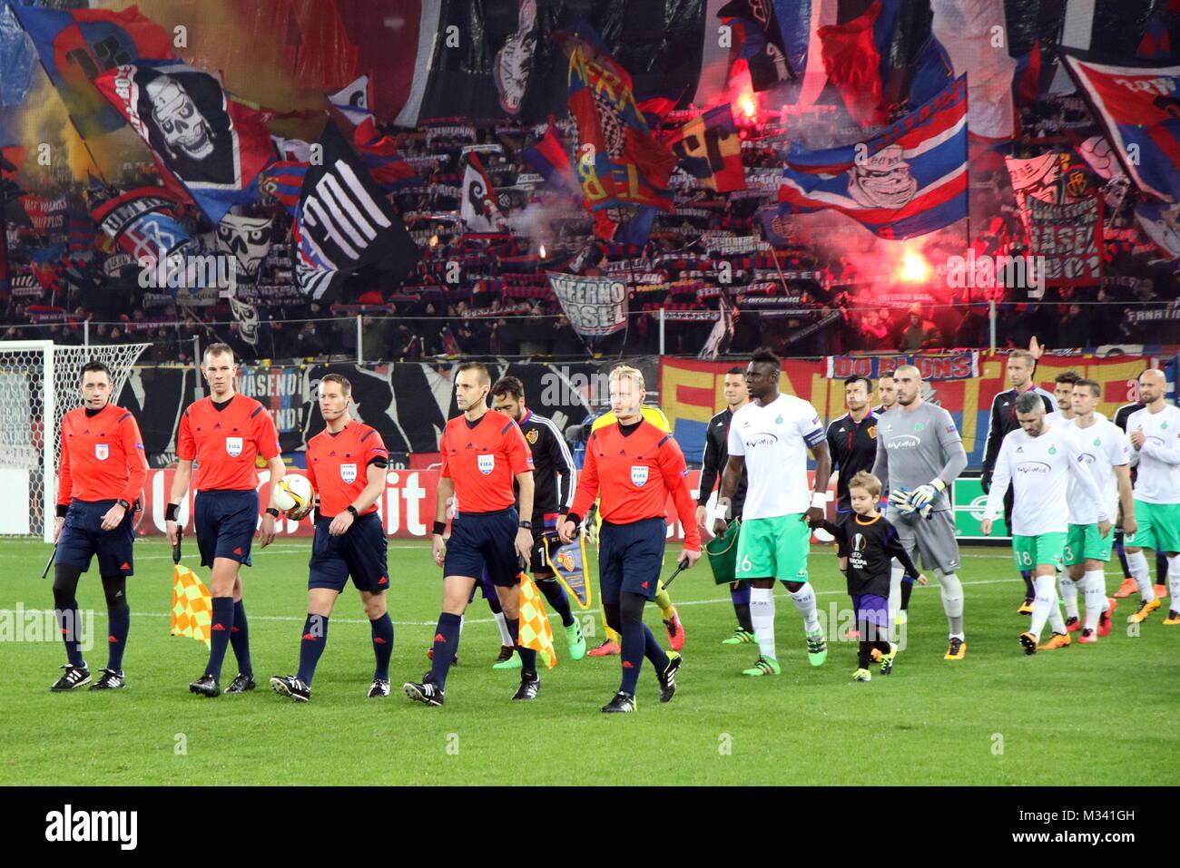 Die Mannschaften betreten, angeführt vom Schiedsrichtergespann das Spielfeld, Fussball-Europa-League: 16-Finale, - Stock Image