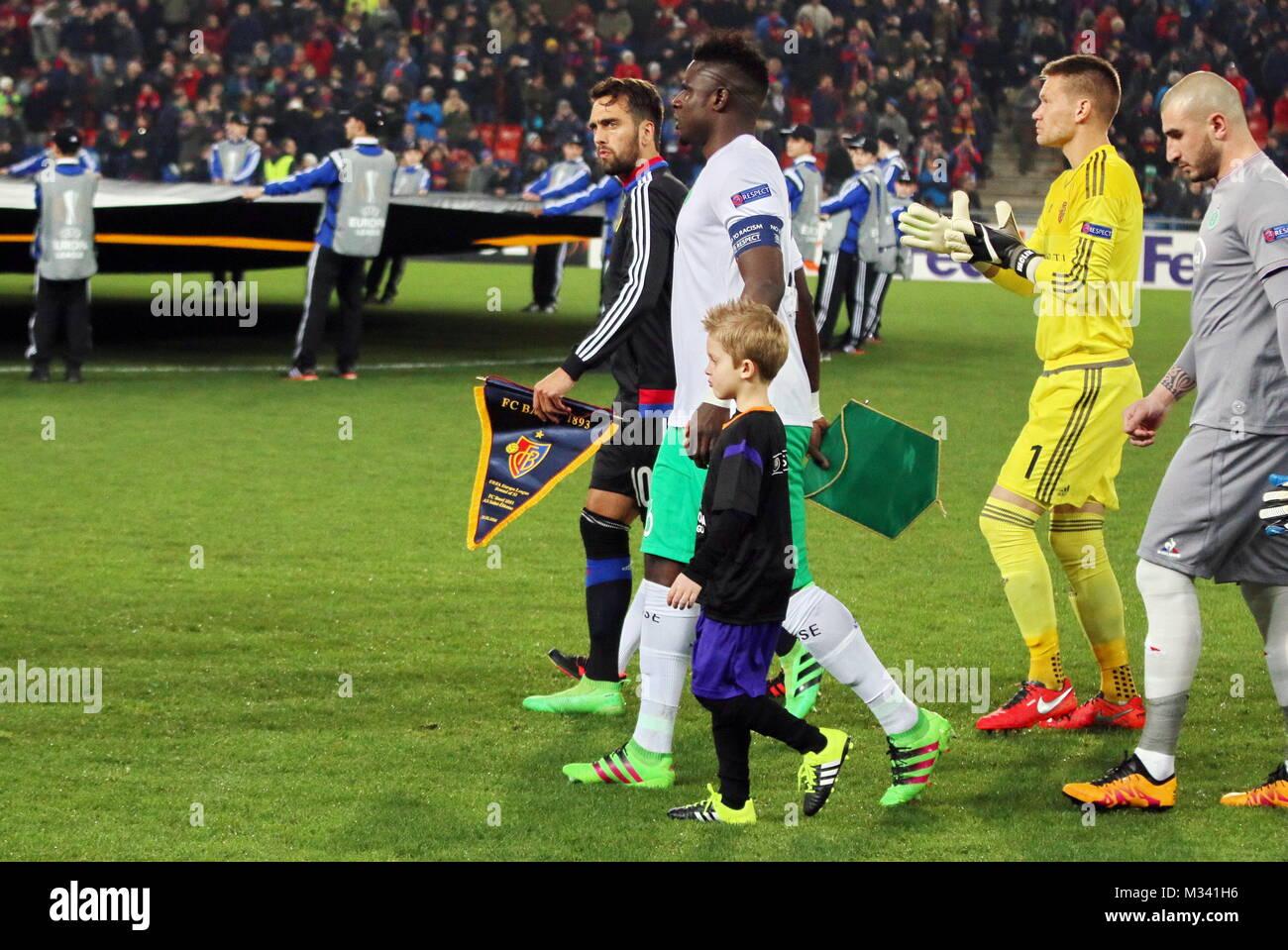 Einlaufen der Mannschaften mit den Einlaufkindern an der Hand - Fussball-Europa-League: 16-Finale, FC Basel vs. - Stock Image