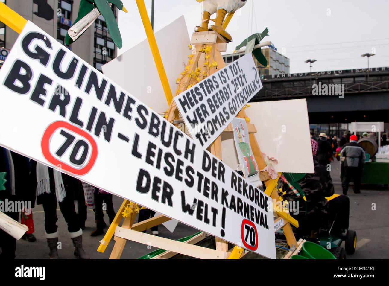 Protestschilder beim Karneval in Berlin mit kleinliche Auflagen für ...