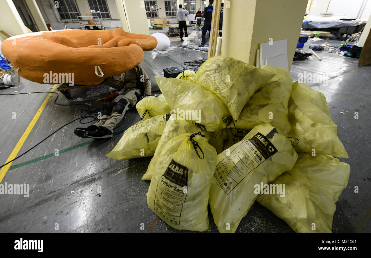 Schramberg, Germany. 01st Feb, 2018. Yellow plastic sacks filled with styrofoam lying in the shape of a brezel in - Stock Image