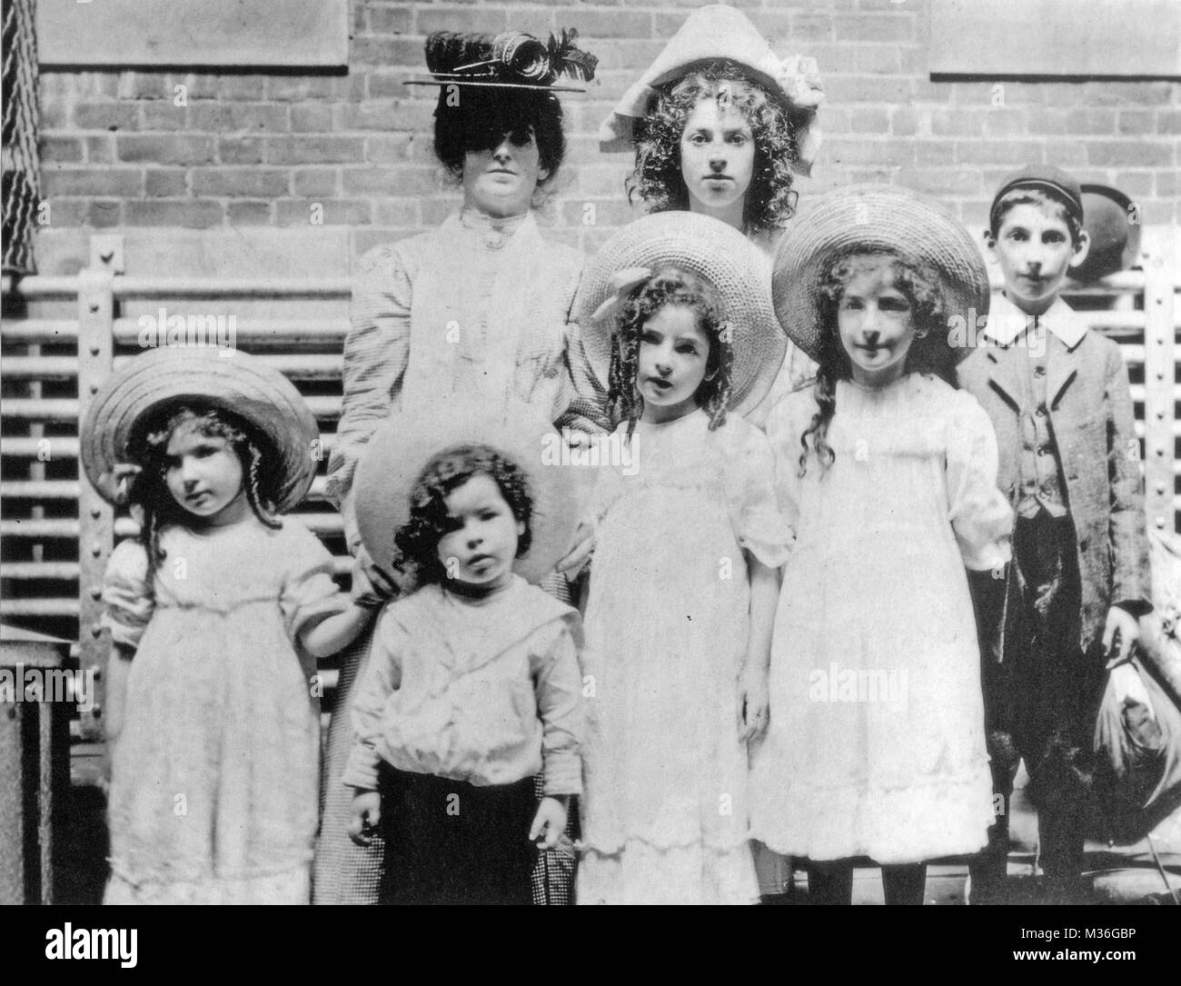 JEWISH IMMIGRANT FAMILY arrive on Ellis Island, New York, about 1905 - Stock Image