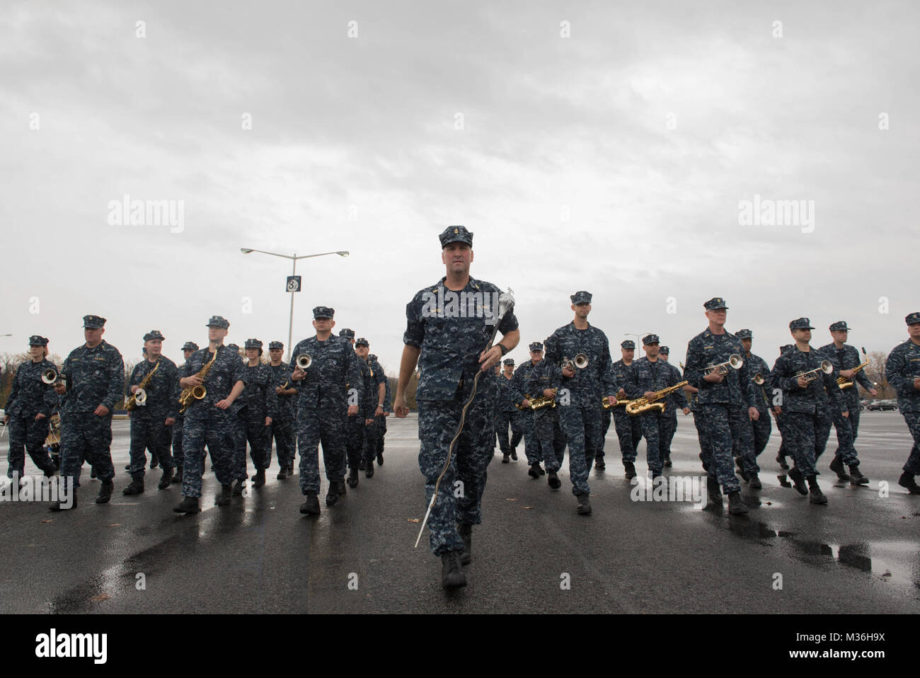 161130-N-HG258-041 WASHINGTON, D.C. (November 30, 2016) Senior Chief Petty Officer leads members of the U.S. Navy - Stock Image