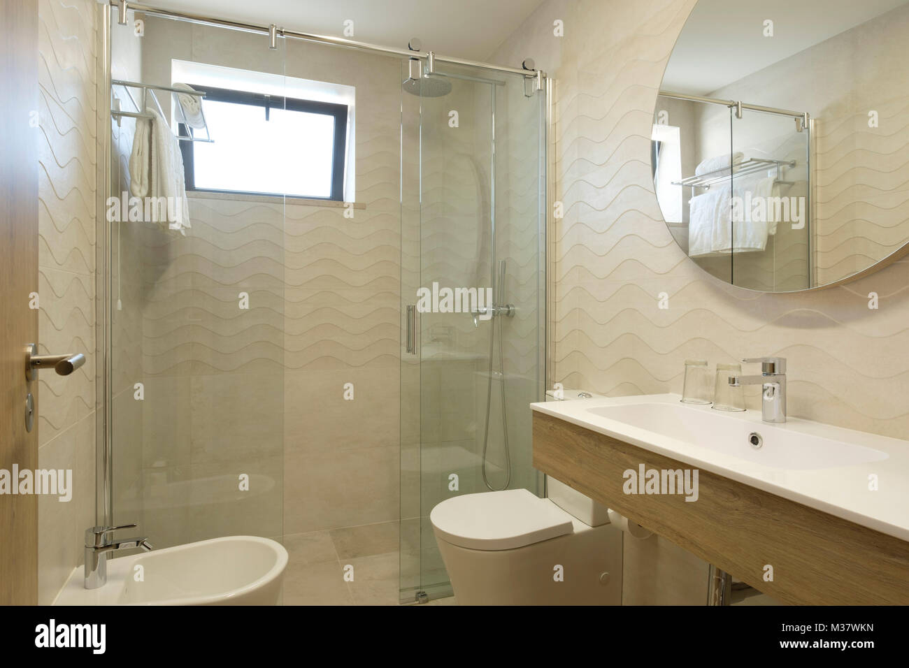 Luxury Mirror Modern Shower Cubicle Washbasin Stock Photos & Luxury ...