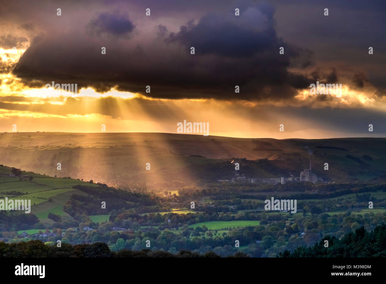 Crepuscular rays over the Hope Valley, Peak District National Park, Derbyshire, England, UK - Stock Image