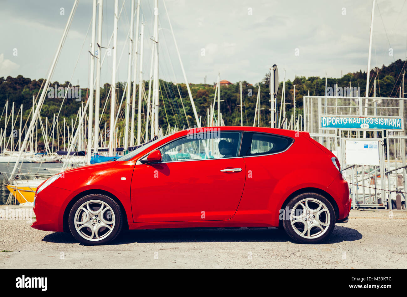 alfa romeo 8c stock photos  u0026 alfa romeo 8c stock images - page 2