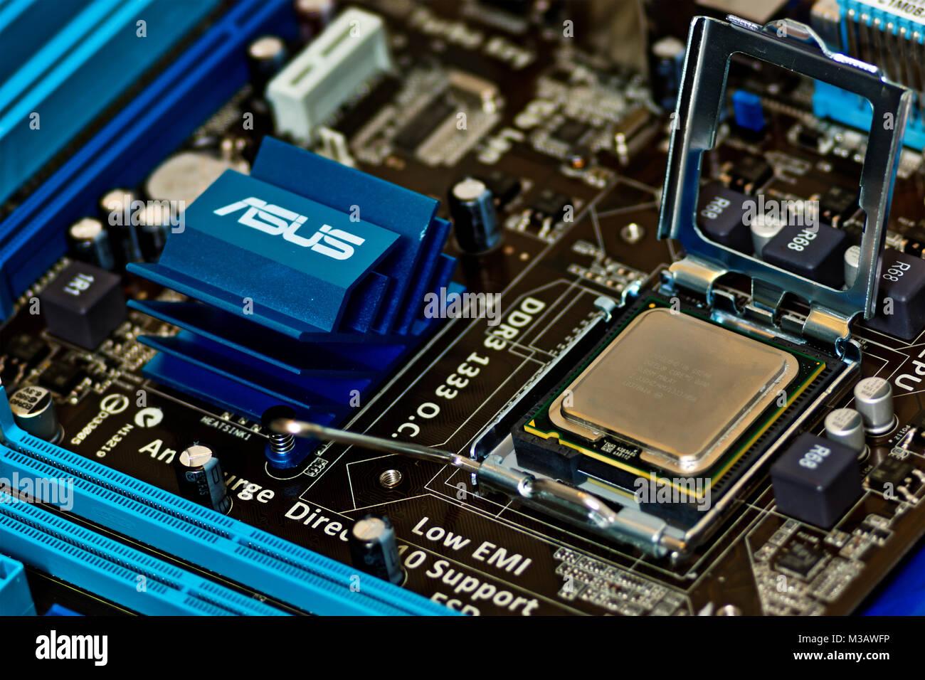 Geöffneter LGA775 CPU Sockel (Land Grid Array) mit eingelegter CPU,  Prozessorsockel für Intel-Prozessoren der Pentium Stock Photo