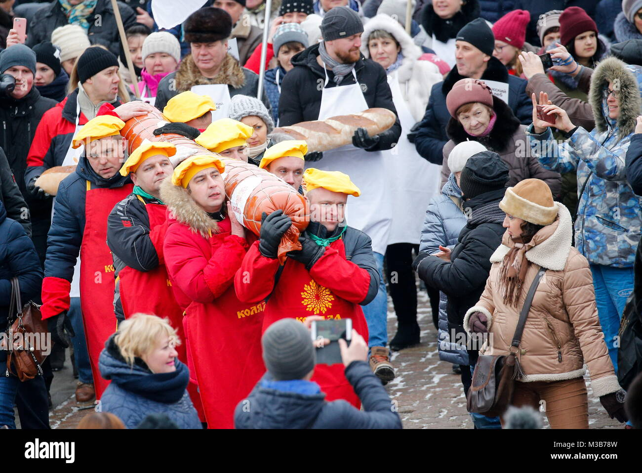 Kaliningrad, Russia. 10th Feb, 2018. KALININGRAD, RUSSIA - FEBRUARY 10, 2018: A sausage weighing 130kg with a diameter Stock Photo