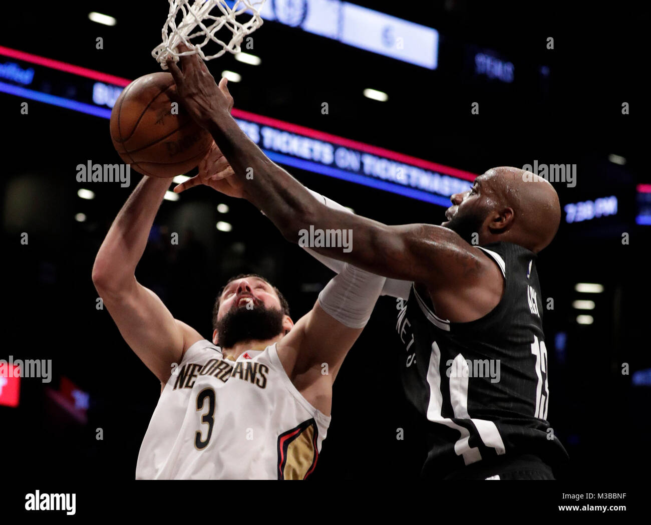 Brooklyn, Estados Unidos. 11th Feb, 2018. Brooklyn Nets forward Quincy Acy (R) fights for possession of the ball - Stock Image