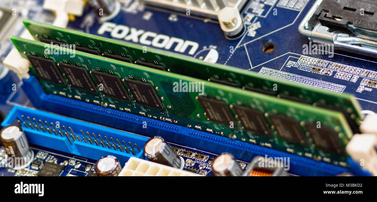 2 DDR2-SDRAM-Arbeitsspeicher Riegel eingesetzt in ein LGA775-Chipsatz  Mainboard. Stock Photo