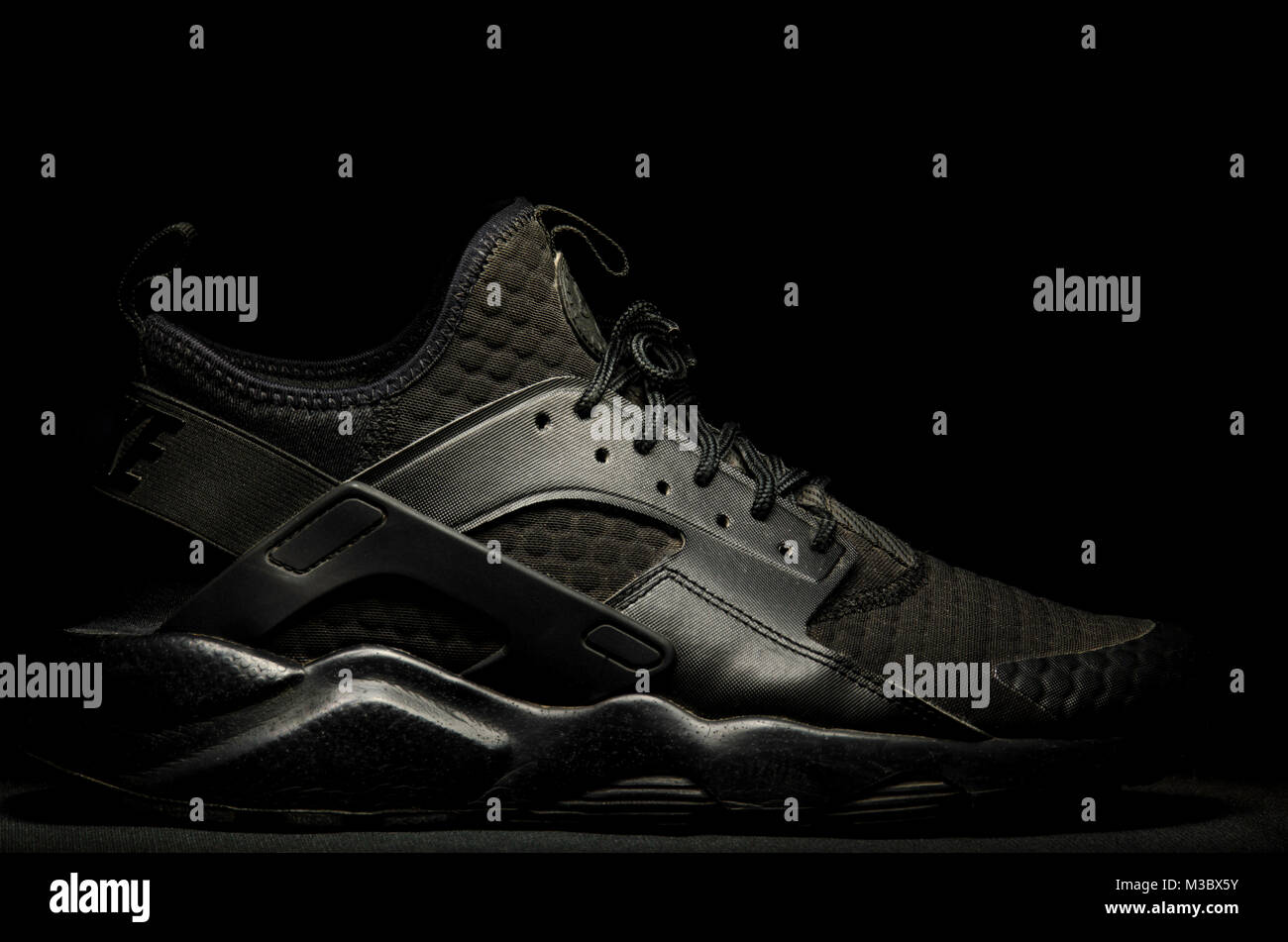 ingeniero espalda milla nautica  Nike Air Huarache Ultra SE Premium Triple Black Stock Photo - Alamy