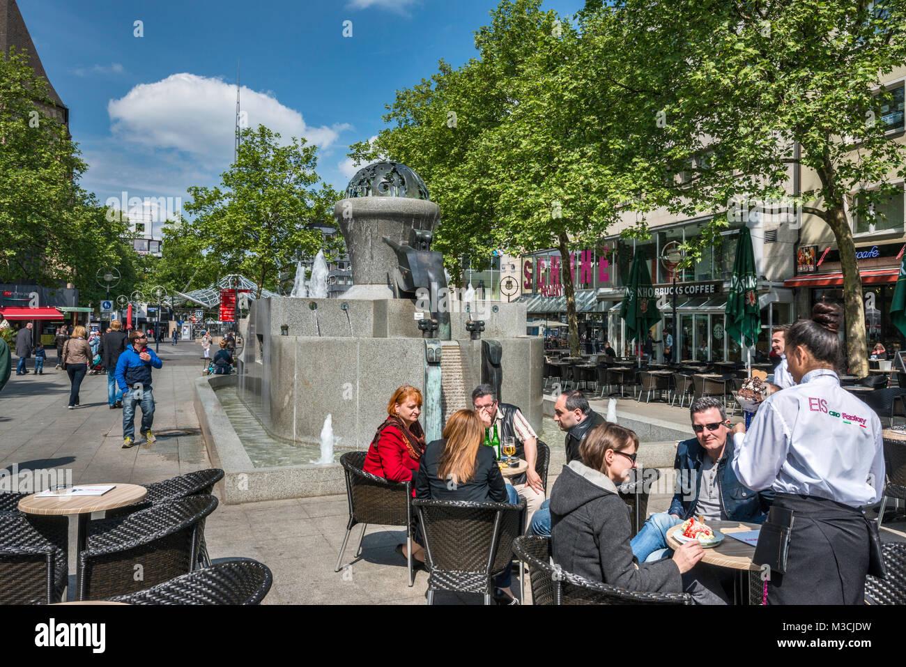 Sidewalk cafe, fountain at Kleppingstrasse, Dortmund, Ruhr area, North Rhine-Westphalia, Germany - Stock Image