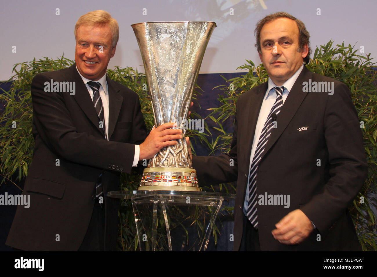UEFA Europa League Finale 2010 Hamburg, Cup Handover - Pokalübergabe an Bürgermeister Ole von Beust, Hamburg - Stock Image