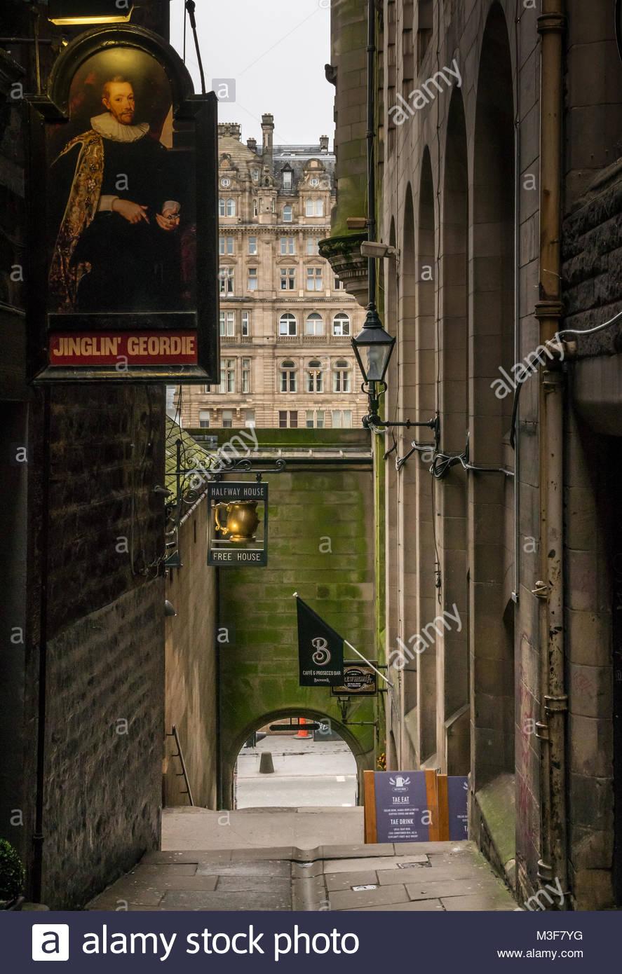 Alley, Fleshmarket Close, with Jinglin Geordie and Halfway House pub signs, Fleshmarket Close, Edinburgh, Scotland, - Stock Image