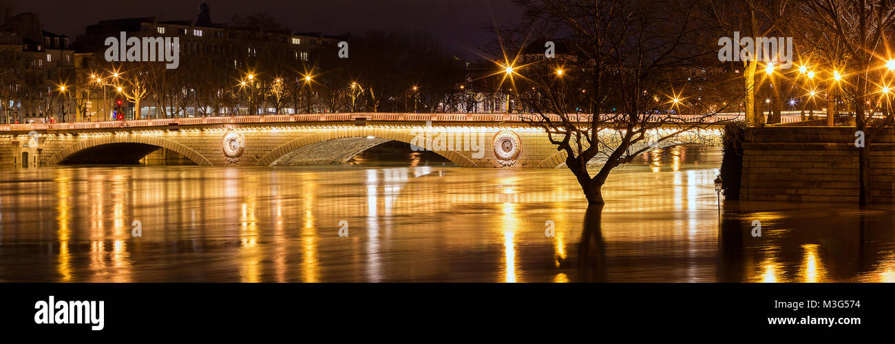 The panoramic view of Louis-Philippe bridge and Seine river in flooding, Paris. - Stock Image