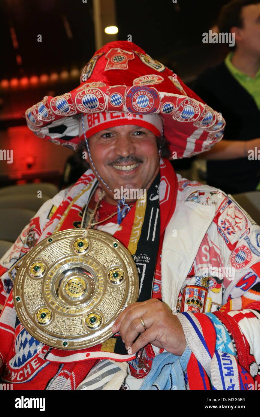 Bayernfan seit über 30 Jahre und reichlich mit Schals und Abzeichen dekoriert - 1. BL - 15/16 - FC Bayern München - Stock Image