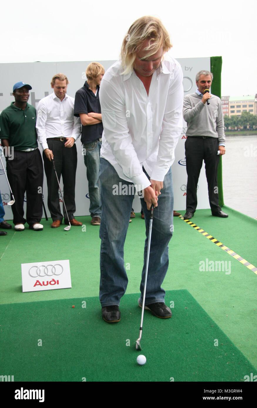 Beat the Pro : Hamburger im Golffieber - Amateure spielten gegen Profis , mit Scheckübergabe an Uwe Seeler - Stock Image