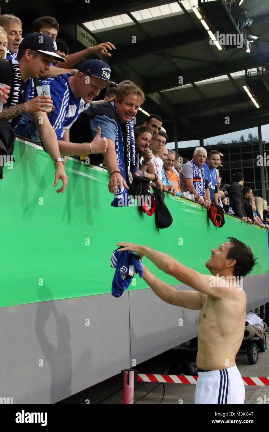 Zurück an alter Wirkungsstätte in Freiburg: Sascha Riether (Schalke 04) gibt den s04-Fans nach dem Spiel - Stock Image