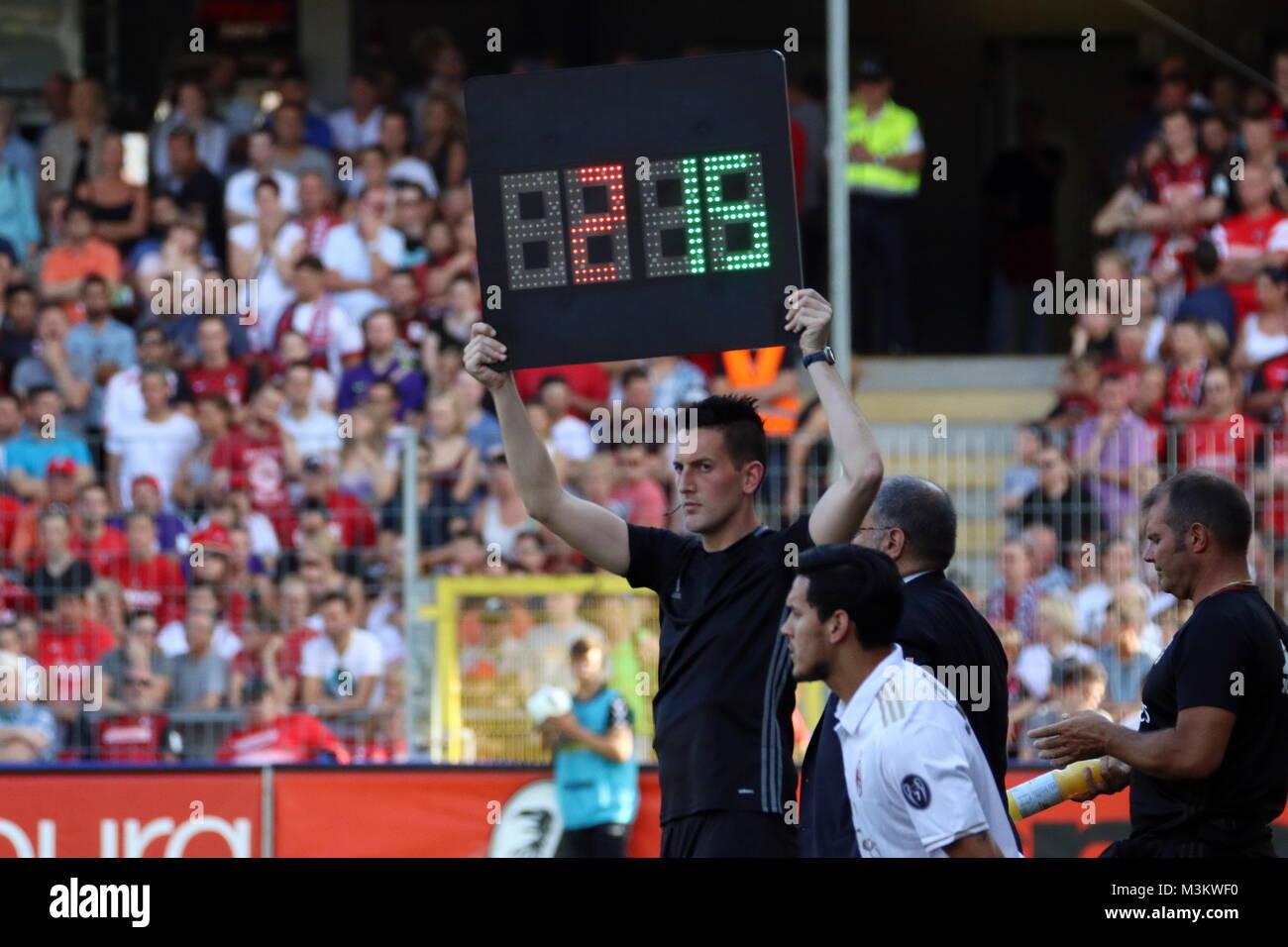 Erster großer Einsatz im Internationalen Profifussball: Schiedsrichter Tobias Döring (Klengen) an der - Stock Image