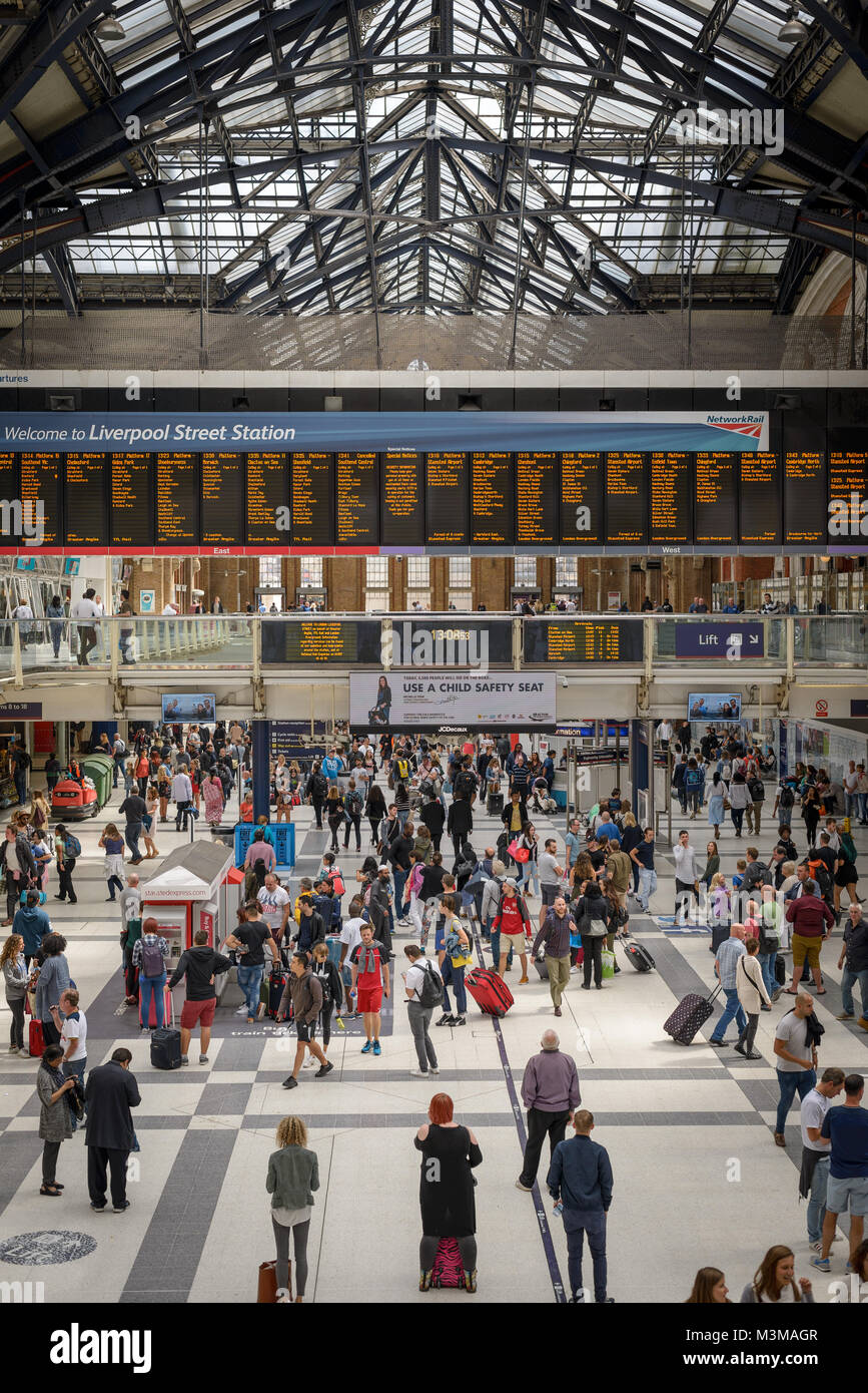 London (UK) - August 2017. Travelers and commuters in the Liverpool Street Station concourse. - Stock Image