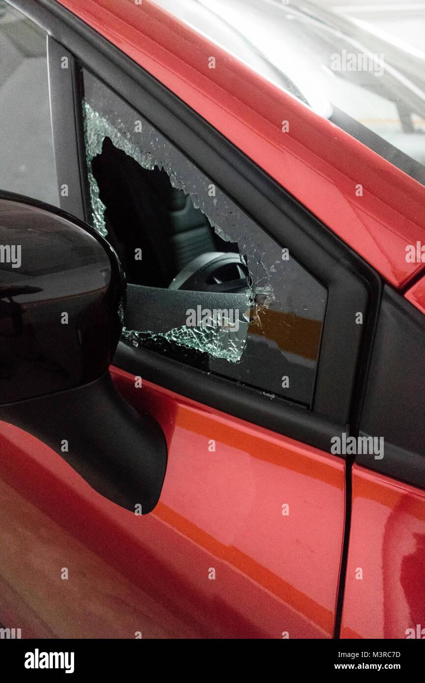 Aufgebrochenes Auto in Spanien, Costa Brava, mit eingeschlagenem Fenster - Stock Image